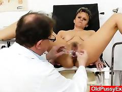 Haired amateur-mom finger checked by dirty physician