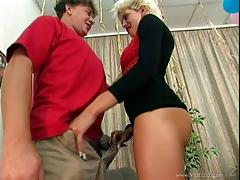 Blonde babe with nice ass enjoys her pussy tapped in hot retro action