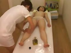 Massage hidden camera filmed a slut giving handjob