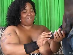 Black BBW and a skiny guy fuck and she cums on his dick