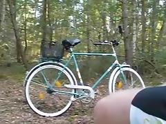 Mit dem Fahrrad im Wald