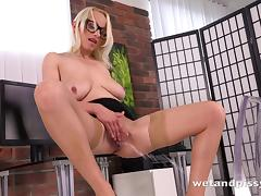 Nerdy blonde uses her free time to do the pussy masturbation