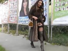 Exhibe dans la rue nue sous son manteau