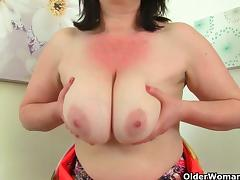 British milf Janey fucks her hairy pussy with a dildo