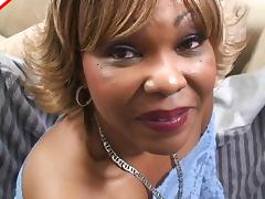 Mature black slut uses her lips to give a gorgeous blowjob