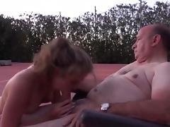 Vieux pervers baise une jeune fille sur la terrasse