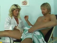 Slutty mature blonde bangs her well-endowed patient
