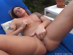 Desirable booty babe Fiona Cheeks masturbates outdoor