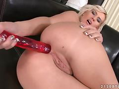 Blondie with a huge ass loves it anal and solo