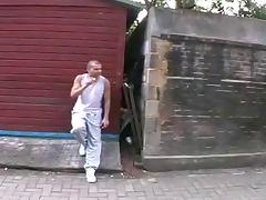 Lehrerin erwischt ihn beim Rauchen