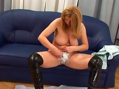 Milf Susi is shaving her nice accurate puss