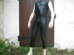 duschen im schwarzen badeanzug