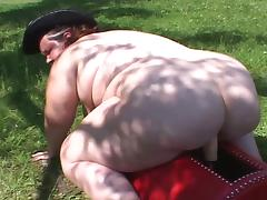 Obese cowgirl rides the sybian and a real cock