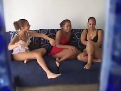 Amateurs lesbian 3some
