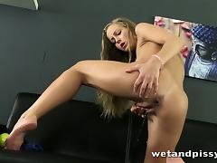 Teen girl orgasms while partaking her first pee squirting mo